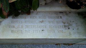 Text auf dem Sockel von Heines Grab