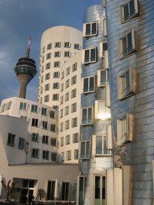 das weiße und das silberne Gehry-Gebäude im Medienhafen
