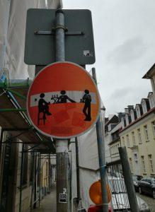 Durchfahrt-Verboten-Schild mit Graffiti