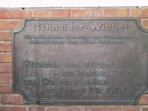 Diese Tafel hängt unter dem Schneider-Denkmal.