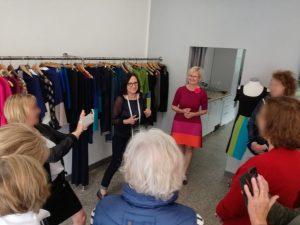 Beata (Mitte) heißt eine Gruppe Besucherinnen in ihrem Atelier willkommen.